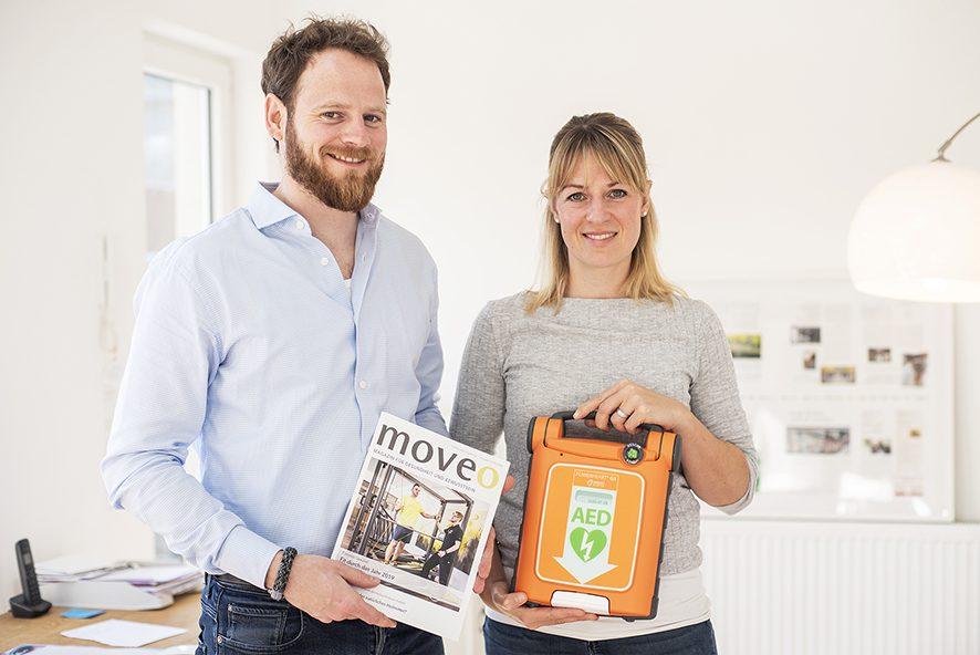 Sarah Weber vom MOVEO Magazin und Christoph Hillus stellen den Defibriallator AED G5 für Krefeld vor
