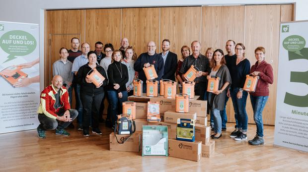Gruppenbild Geräteübergabe und Schulung AED Projekt hillus