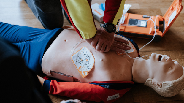 Erste-Hilfe-Training mit einem Defibrillator Cardiac Science Powerheart AED G5 hillus engineering