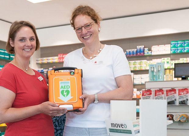 Krefelder Apothekerin zeigt neuen Defibrillator von hillus