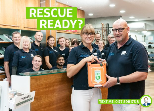 Jana Jordan und Wilhelm Jordan präsentieren zusammen mit dem Mitarbeitern des Unternehmens den neuen AED Defibrillator in Krefeld